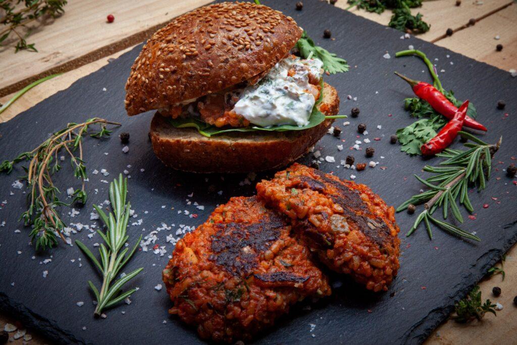 Mit den Hummus Pattys lässt sich ein leckerer Burger zubereiten.