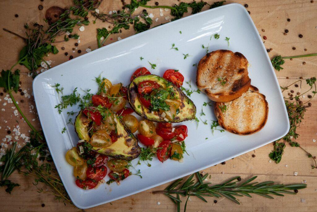 Gegrilltes Weißbrot oder Grill Brot passen perfekt zu Avocado-Bruchetta