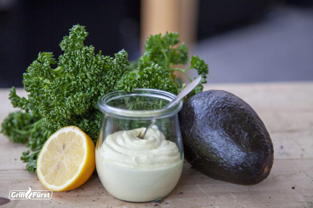 Mayo im Glas mit Zitrone, Avocado und Petersilie