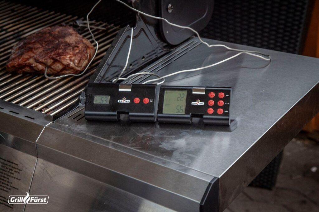 Grillthermometer beim Grillen