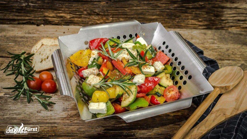Im Edelstahl Gemüsekorb können Paprika, Tomate und Co. auf dem Grill einfach geröstet werden.
