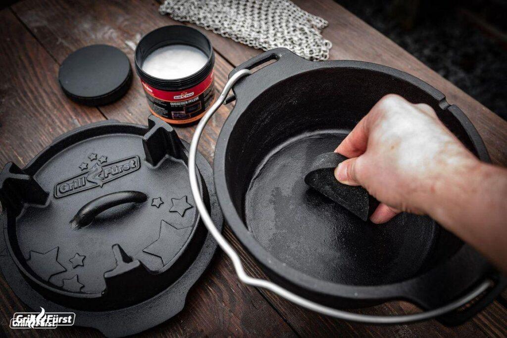 Damit die Patina geschützt ist und der Dutch Oven über Jahrzehnte benutzt werden kann, sollte sie regelmäßig mit einer Pflegepaste gepflegt werden.