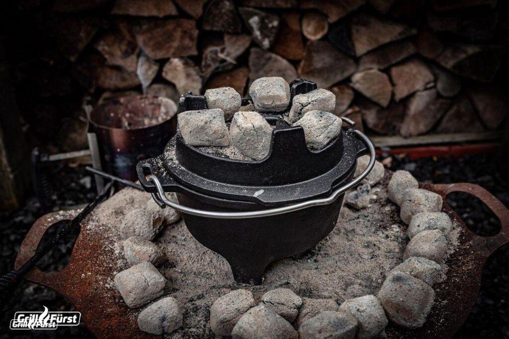 Abhängig davon, was gerade im Dutch Oven kocht, müssen die Briketts in unterschiedlicher Menge unter und auf ihm platziert werden.