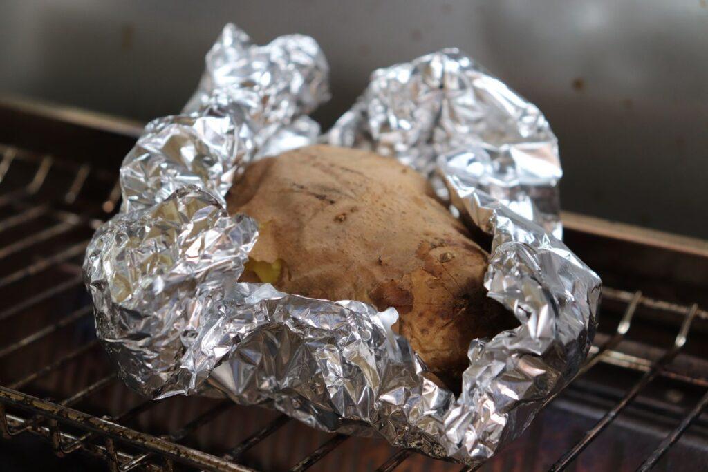 Die Folienkartoffel lässt sich einfach auf dem Warmhalterost nebenbei zubereiten.