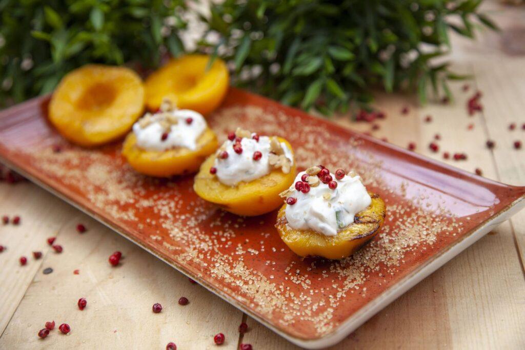 Ein Nachtisch kann mit Pfirsisch und Quark zubereitet werden.