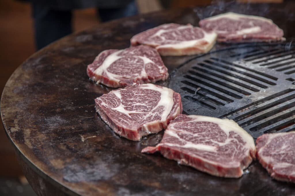 Ein qualitativ hochwertiges Stück Rindfleisch hat eine kräftige Farbe und ist schön marmoriert.