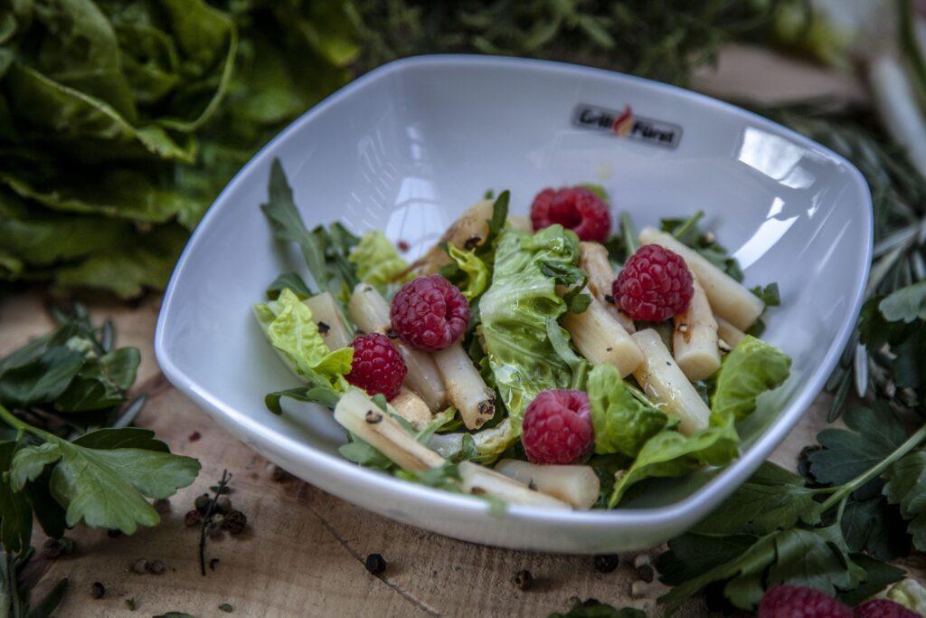 Blattsalat mit Spargelspitzen verfeinert mit Himbeeren ergibt eine erfischende Beilage