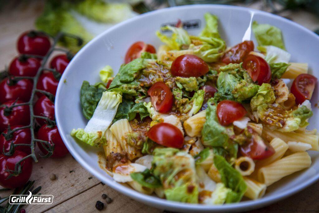 Nudelsalat mit selbst gemachtem Dressing und Gemüse bildet eine gesunde Beilage