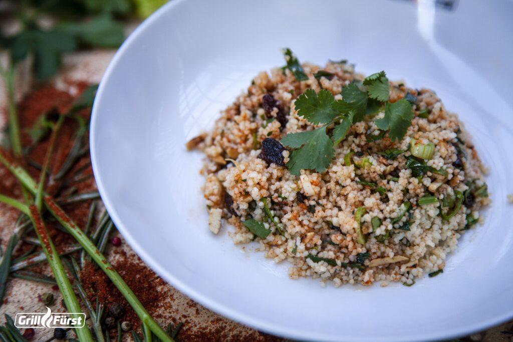 Aus Couscous, Mandeln und Kräutern lassen sich leicht gesunde Salate und andere Beilagen machen.