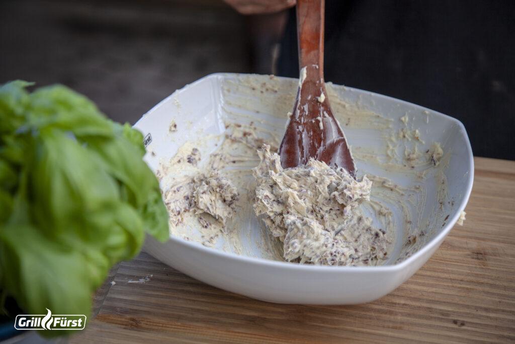 Butter, Bacon, Zwiebeln und Gewürze ergeben zusammen die fertige Grillbutter.