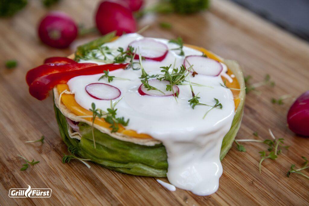 Die Salad Cake mit Thunfisch ist besonders lecker mit einer Knoblauchsoße.