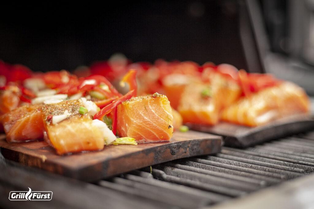 Lachs auf der Planke ist ein schmackhafter Hingucker auf der Grillparty.