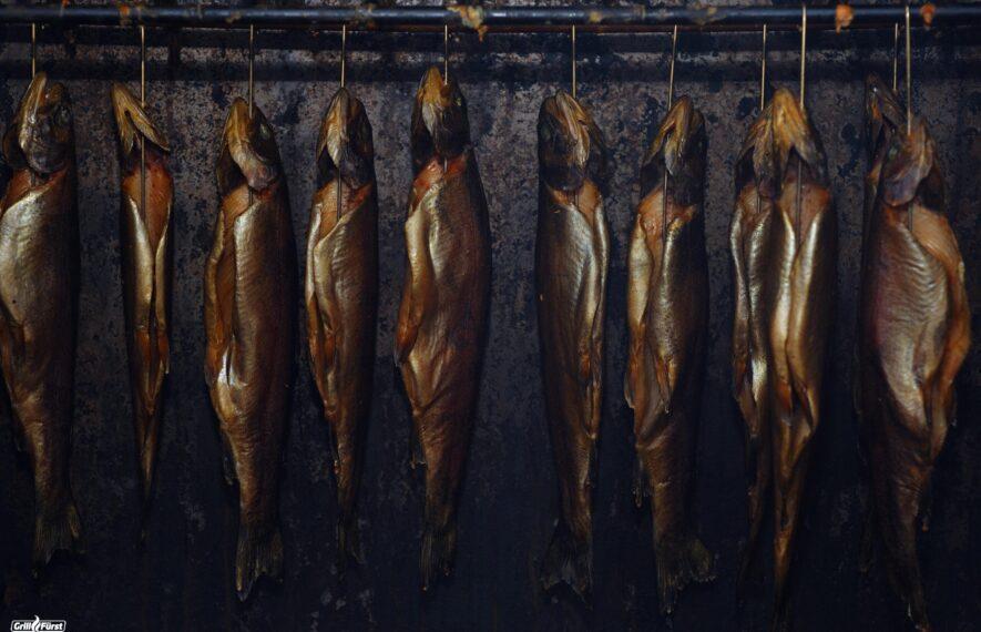 Geräucherter Fisch im Räucherofen
