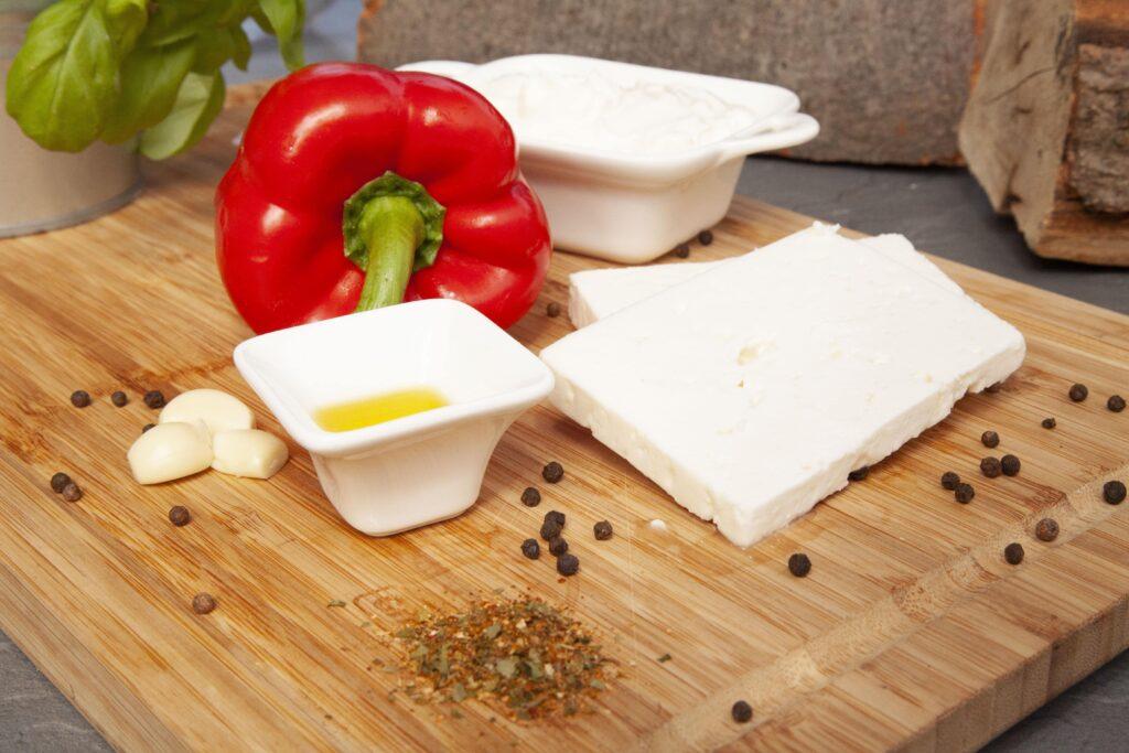 Paprika und Gewürze eignen sich besonders, um Feta zu einer leckeren Creme zu zaubern.