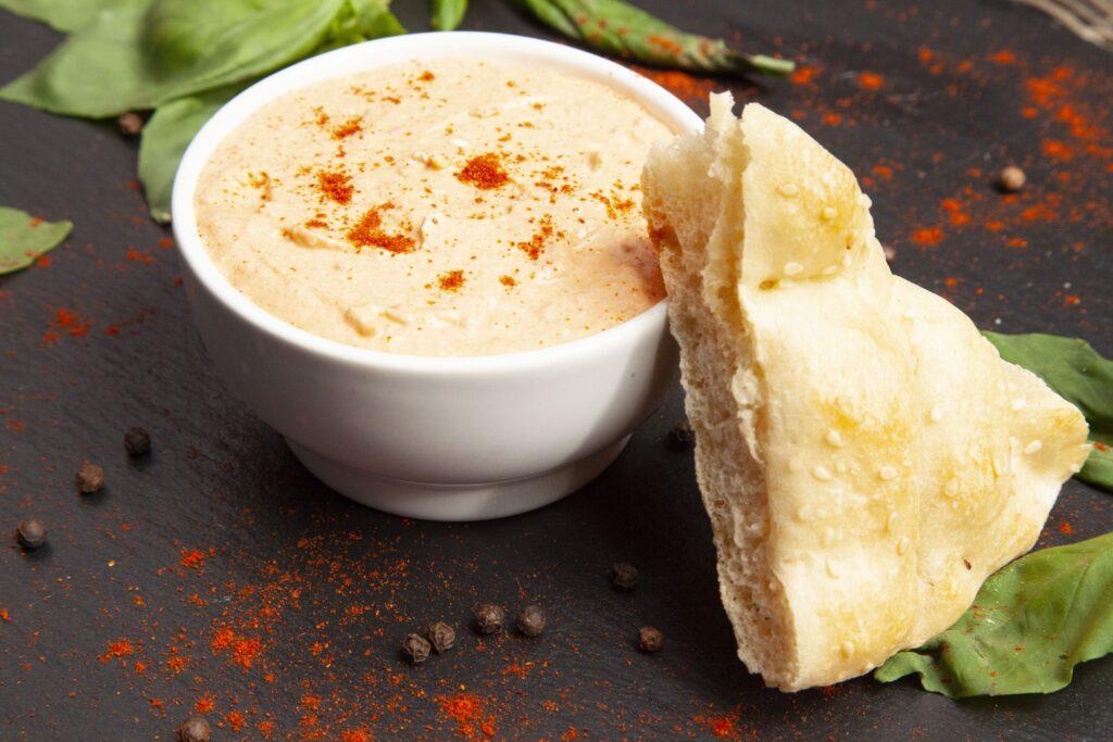 Die getrockneten Tomaten ergeben mit dem Paprikapulver und dem Feta einen tollen Dip.