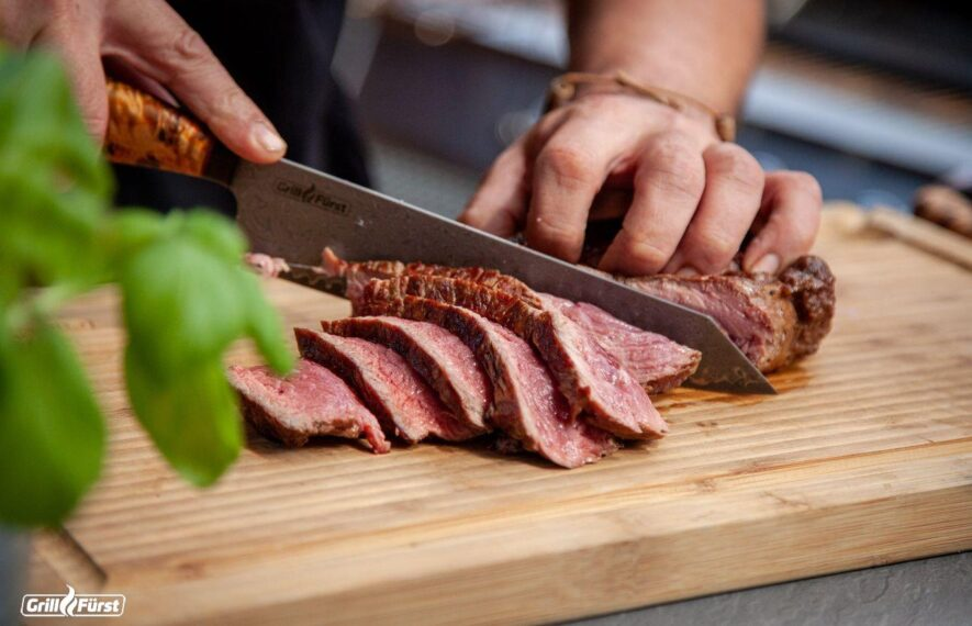 Bei Steaks unterscheidet man fünf Gargrade, die sich bei einem Fingertest unterschiedlich anfühlen.