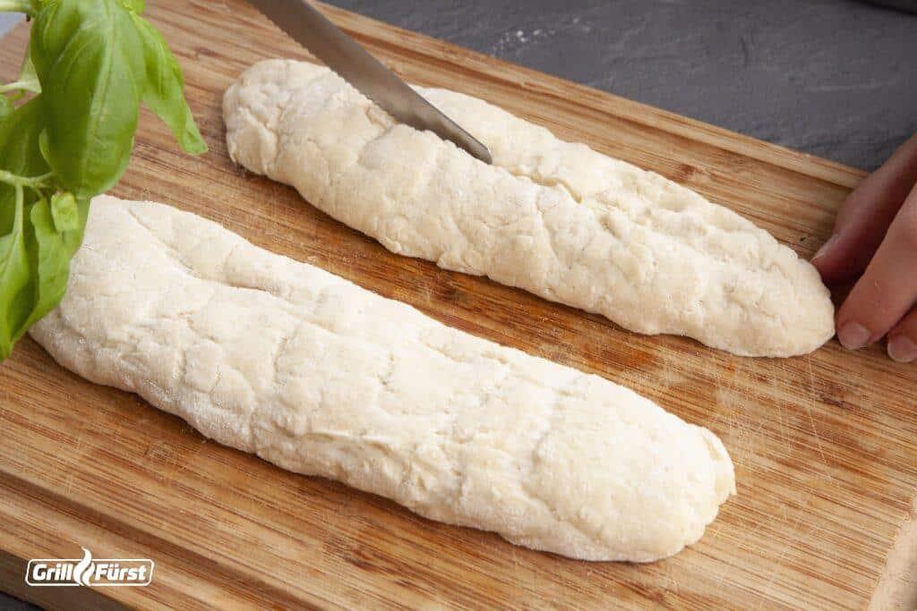 Teig formen und einschneiden für typisches Baguettemuster