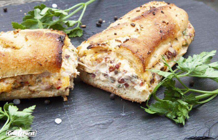 Baguette vom Grill gefüllt mit Knoblauch, Schinken und Käse