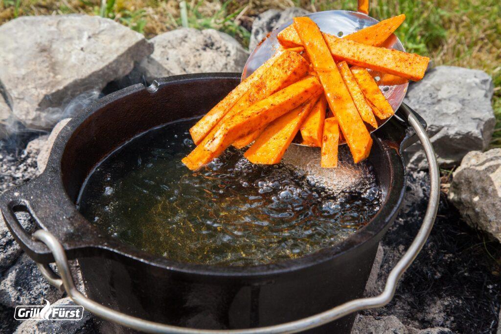 Im Dutch Oven werden selbstgemachte Süßkartoffelpommes schön knusprig.