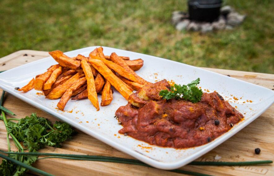 Süßkartoffelpommes und selbstgemachte Currywurst aus dem Dutch Oven.