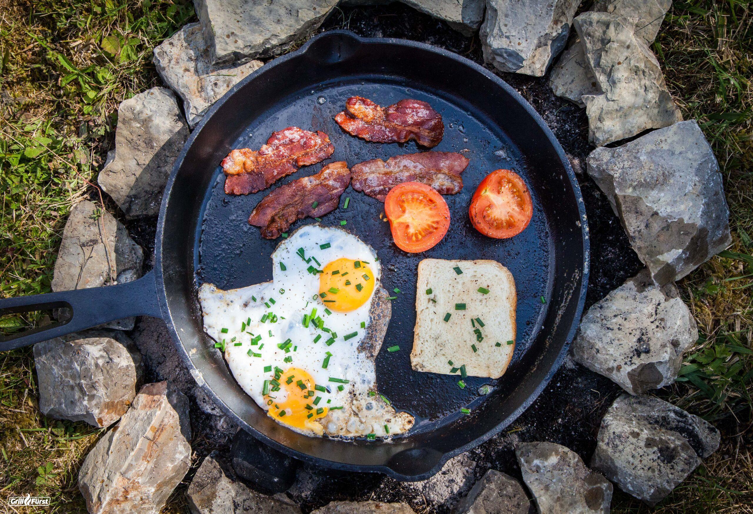 Eier und Speck in Gusspfanne
