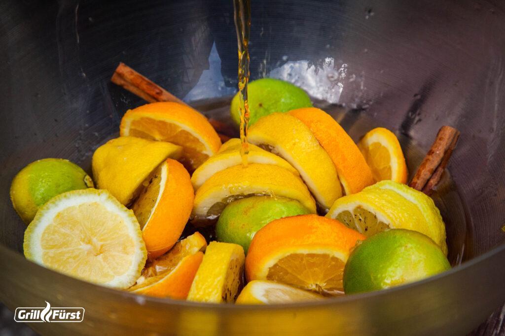 Für den Sangria vom Grill werden Früchte mit Rum und Lambrusco vermischt.