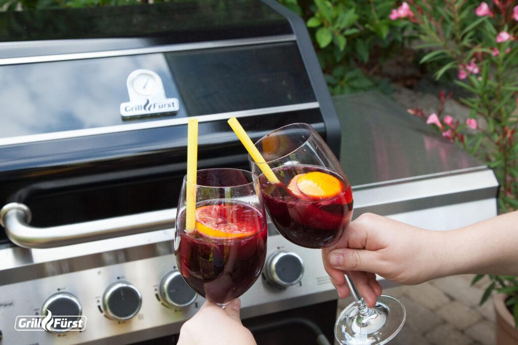 Mit dem Sangria vom Grill kann der Urlaub im eigenen Garten nur schön werden.