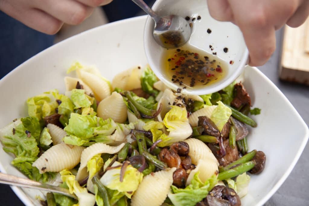 Dressing auf Nudel Pilz Salat