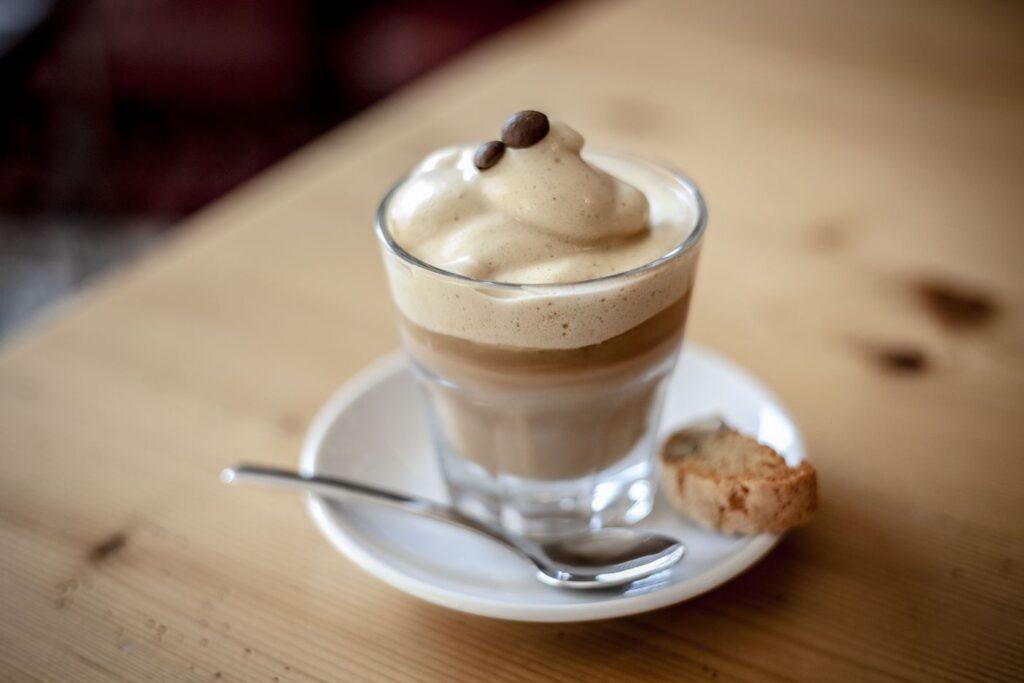 Der Dalgona-Coffee Cocktail ist eine leckere Dessertalternative für warme Sommerabende.