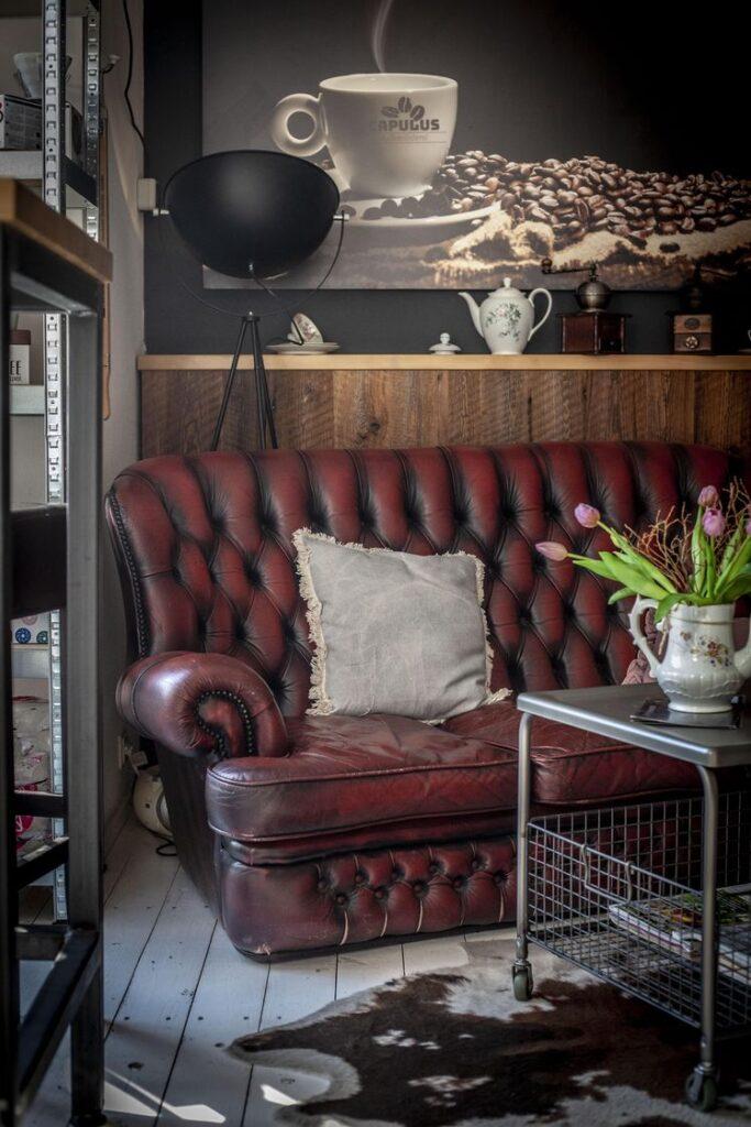 Ein geschmackvolles Sofa passt hervorragend ins Café.
