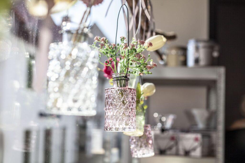 Die Café-Fenster sind geschmackvoll mit Vasen und Blumen dekoriert.