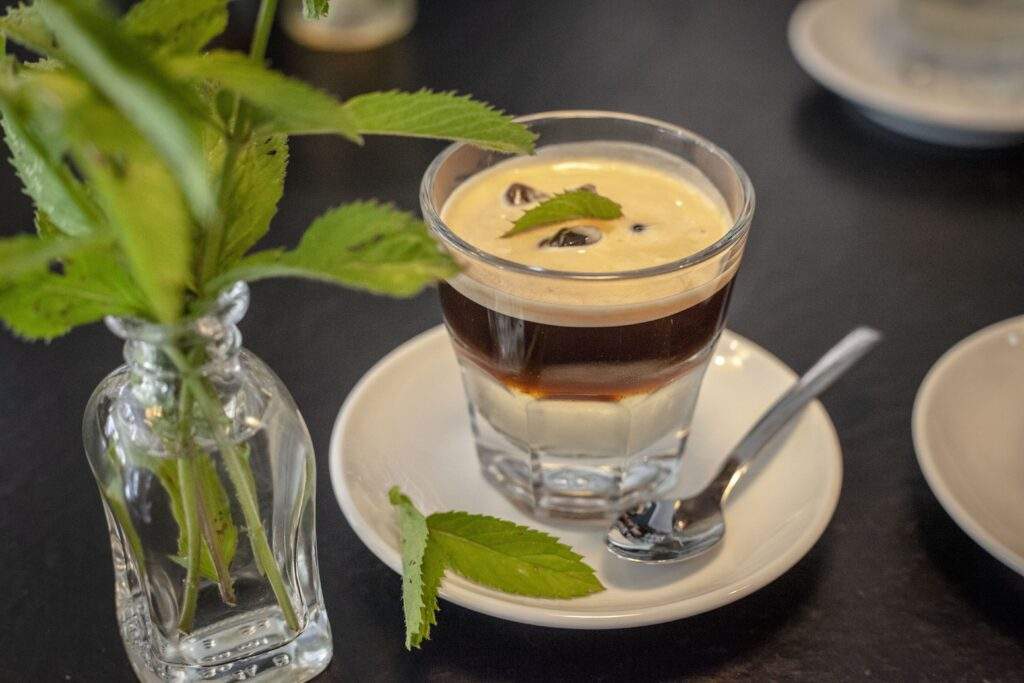 Der Espresso Paris-Dakar mit Minze sieht lecker aus und schmeckt hervorragend.
