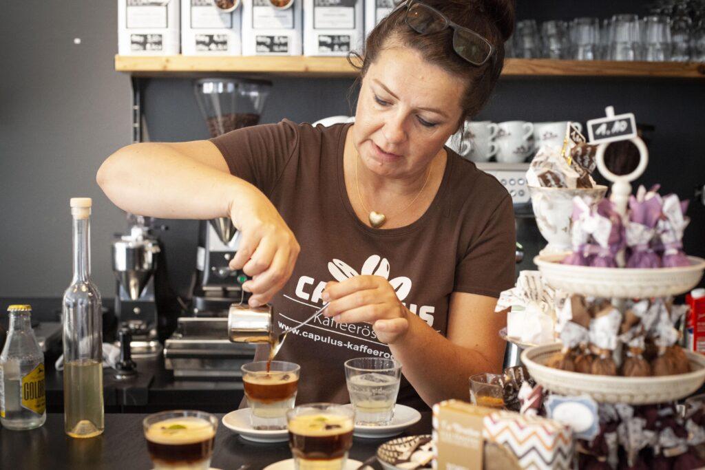 Daniela Fey bereitet mit Geduld und sehr viel Mühe des Espresso Paris-Dakar mit Minze zu.