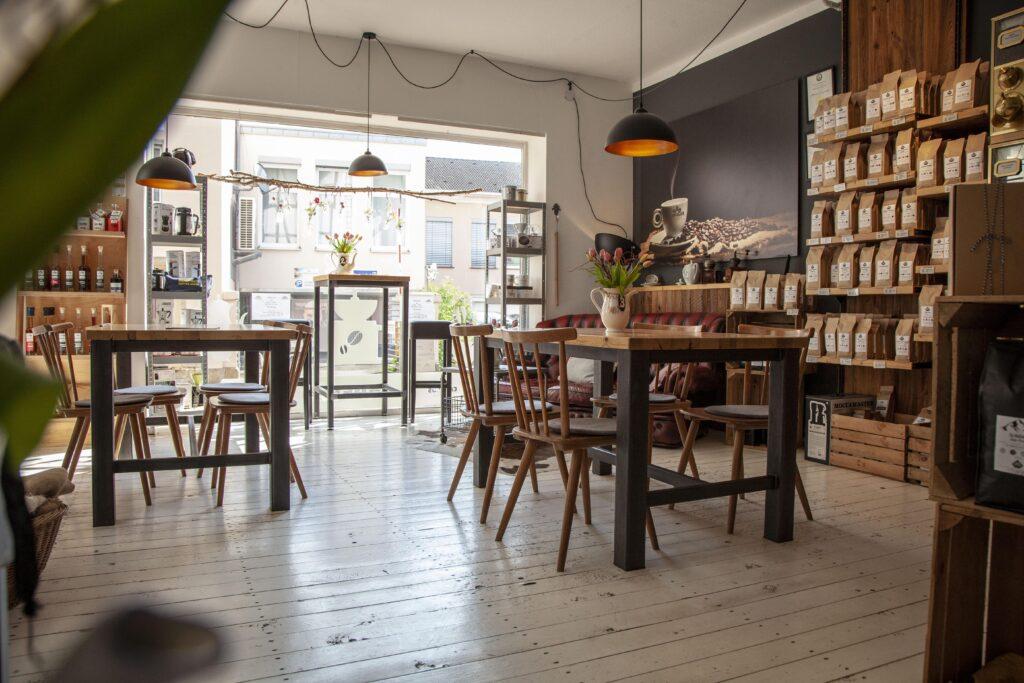 Im Café der Capulus Kaffeerösterei laden gemütliche Sitzgelegenheiten zum Verweilen ein.