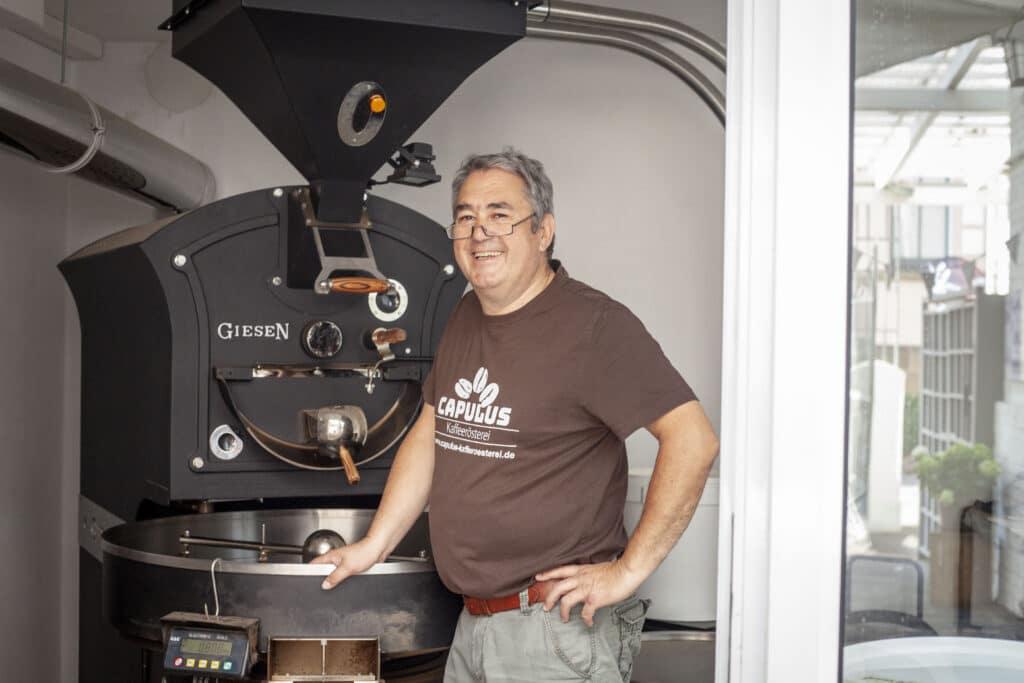 Wilfried Brähler an seinem Kaffeeröster in Bad Hersfeld.