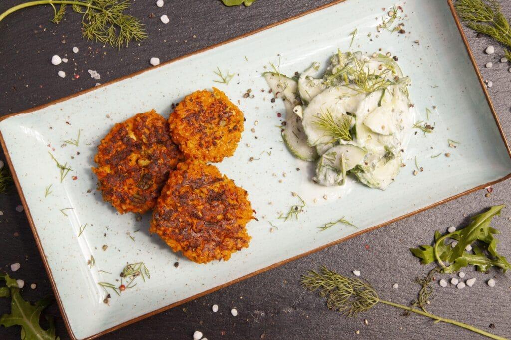 Gemüse Frikadelle mit Gurken Salat