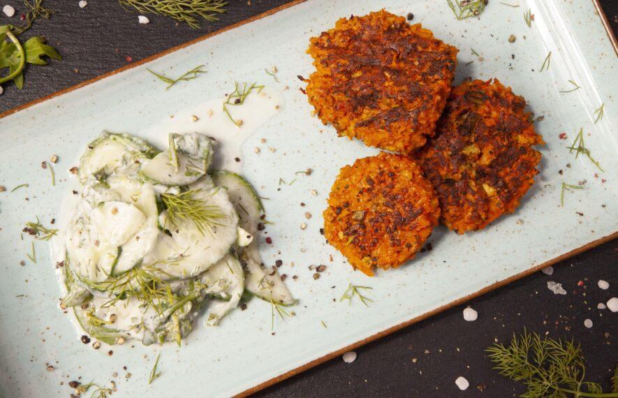 Gemüsefrikadelle mit Gurkensalat