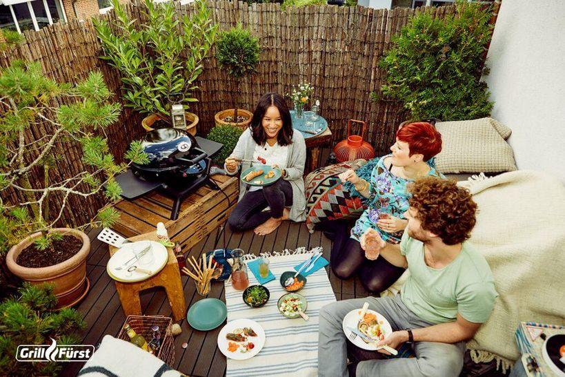 Mit dem Elektrogrill auf dem Balkon lassen sich schöne Sommerpartys feiern.