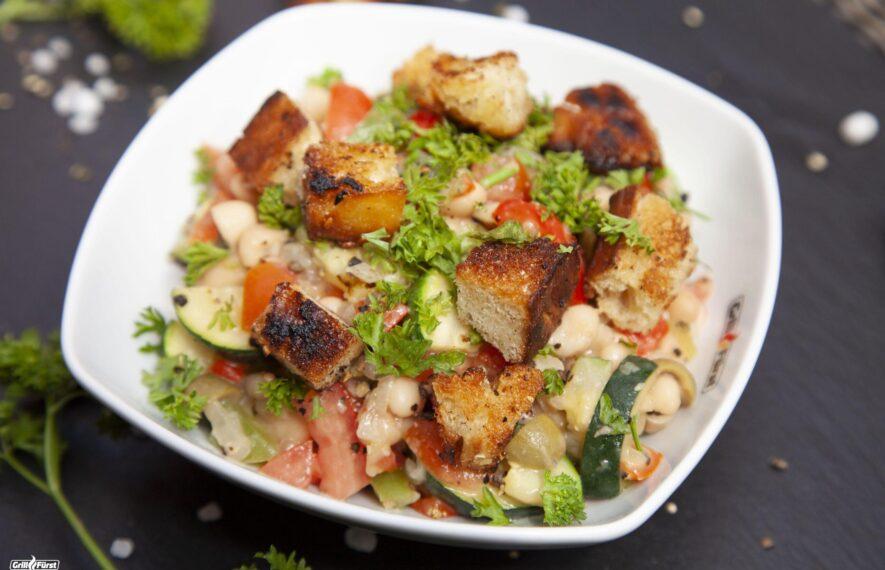 Salat mit gegrillten Croutons als leichtes Gericht zum Grillen