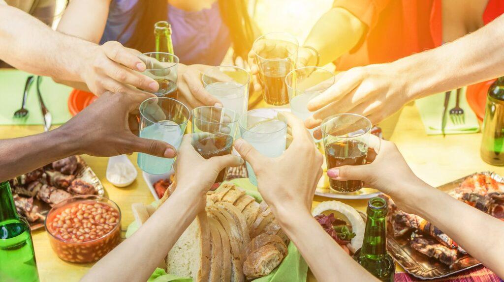 Mit erfrischenden Getränken und leckeren Grillspezialitäten lässt sich der Sommer genießen.