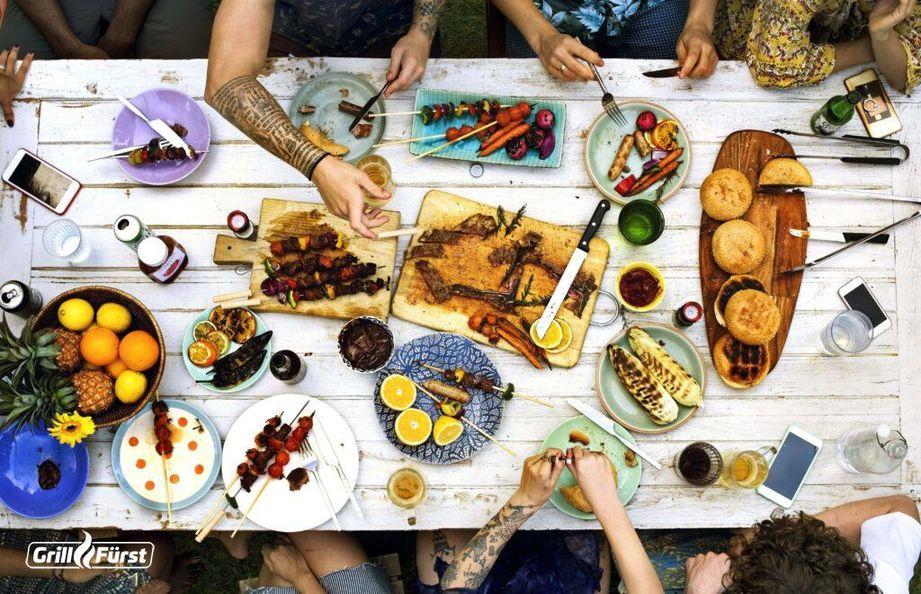 Mit Spießen, Burgern und Früchten gelingt das perfekte Sommermenü vom Grill.