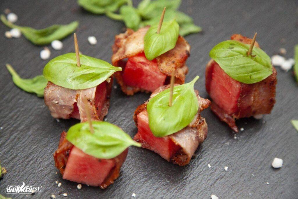 Wassermelone umhüllt mit gegrilltem Bacon