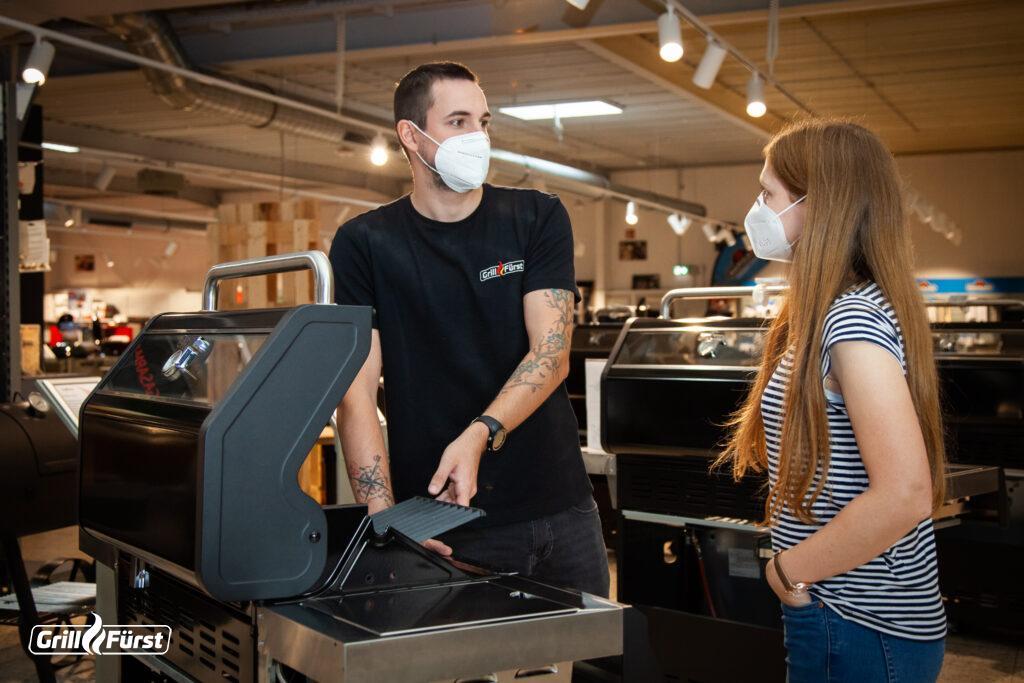 Bei Grillfürst nehmen sich die Mitarbeiter Zeit, um den Kunden die Vor- und Nachteile verschiedener Grills näherzubringen.