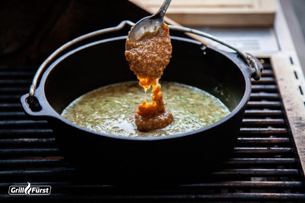 Biersoße wird mit süßem Senf verfeinert.