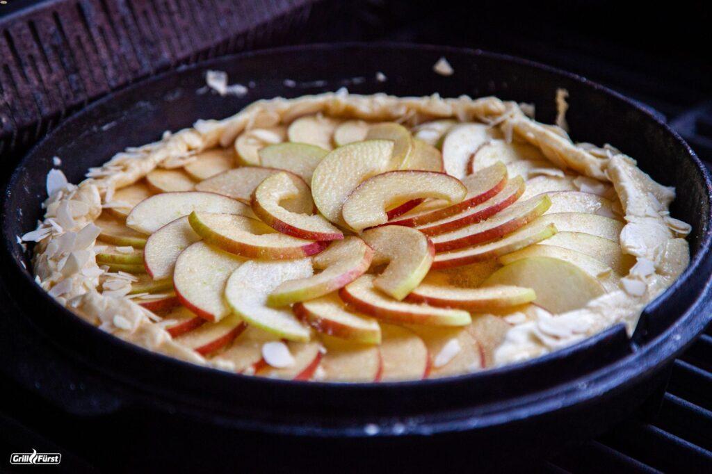 Apfelkuchen aus dem Dutch Oven Deckel