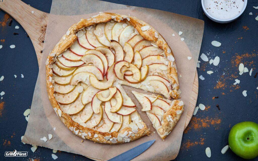 Apfelkuchen auf rundem Holzbrett
