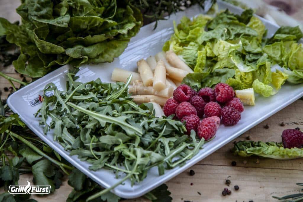 Zutaten für Blattsalat mit Spargelspitzen und Himbeeren