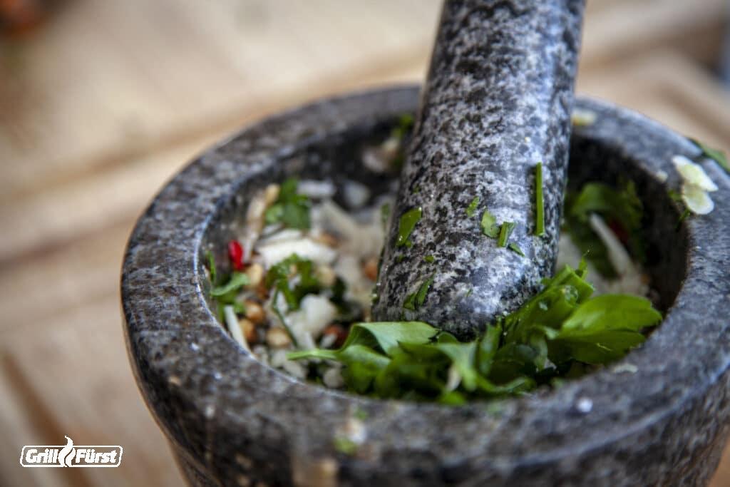 Die frischen Pesto Zutaten werden im Mörser zermahlen, Chimichurri
