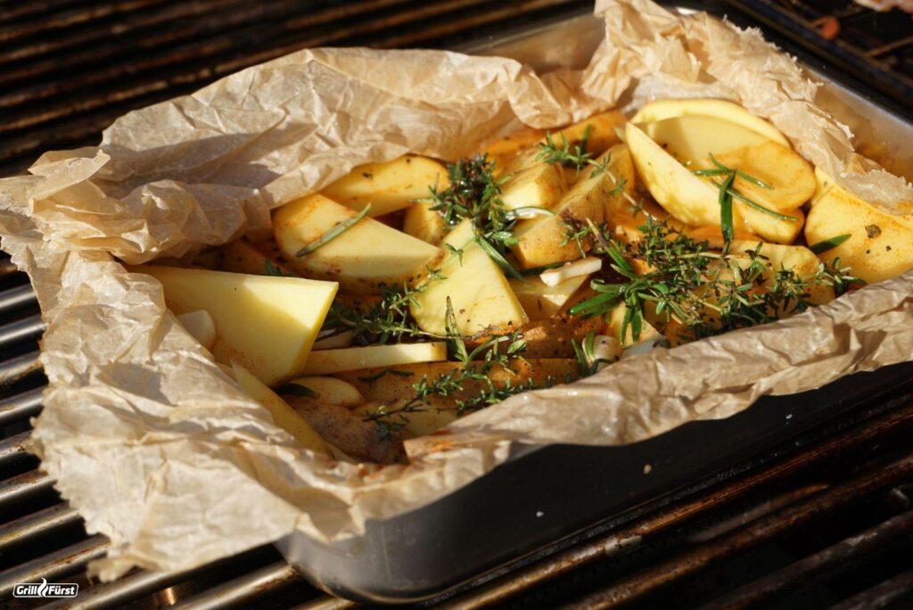 Kartoffelspalten auf dem Grill