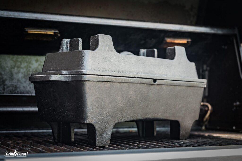 Die Grillfürst BBQ Kastenform steht dank der besonderen T-Füße perfekt auf jedem Grillrost ohne zu kippeln.